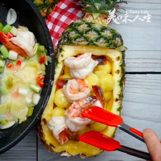 沒胃口時,不妨試試酸甜好吃的南洋風味料理——南洋鳳梨蝦球。(攝影/大紀元)