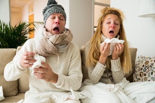 流感的傳染途徑,主要是透過感染者咳嗽或打噴嚏所產生的飛沫將病毒傳播 給其他人,特別在密閉環境中,因空氣不流通,更容易造成病毒傳播。(Fotolia)