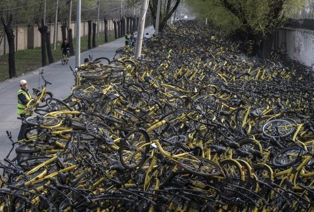 狂熱氣氛退去後,共享單車在2017年已出現倒閉潮,骨牌效應更蔓延至行業龍頭ofo。(Kevin Frayer / Getty Images)
