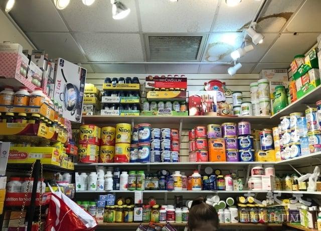 多種因素對海外代購業造成衝擊,在紐約的海外代購紛紛表示「生意難做」。圖為法拉盛的華人快遞店。(記者林丹/攝影)