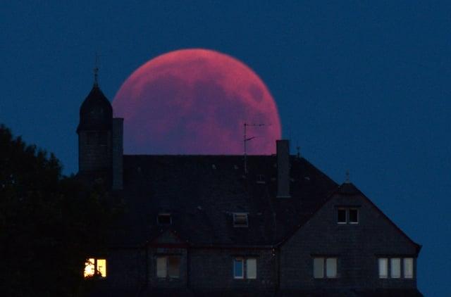 有猶太教拉比表示,2019年1月將發生的「血月」預示有些看似強大的政府會垮台。圖為2018年7月27日,在德國西部拍攝到的「血月」。(HARALD TITTEL/AFP/Getty Images)