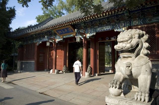 北大教授鄭也夫呼籲中共應退出歷史舞台,引發外界關注。圖為北京大學校門。(Getty Images)