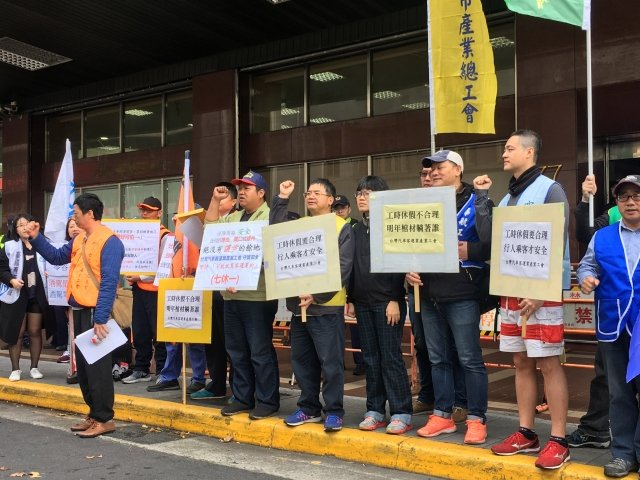 台灣汽車客運業產業工會9日赴勞動部抗議客運業在年節、紀念日或國定假日可鬆綁七休一,要求勞動部撤回草案預告。(中央社)
