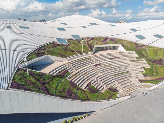 高雄衛武營國家藝術文化中心與屋頂相連的戶外劇場。