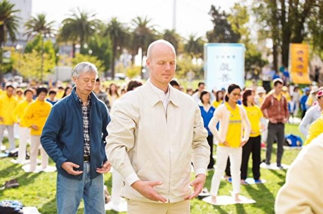 2014年10月15日,奧運會銅牌得主馬汀斯‧魯貝尼斯在三藩市參加集體晨煉。(取自明慧網)