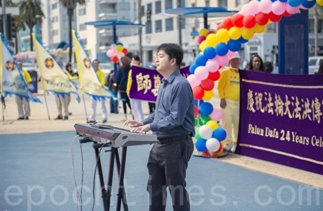 2016年5月,陳東在美國紐約慶祝法輪大法洪傳24周年系列活動中獻唱。(記者李剛/攝影)