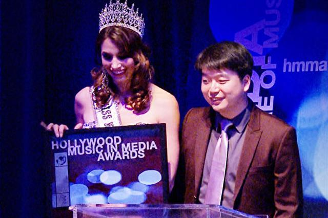 2015年4月,陳東(右)獲頒第五屆好萊塢傳媒音樂大獎「世界音樂獎」。(記者張文剛/攝影)