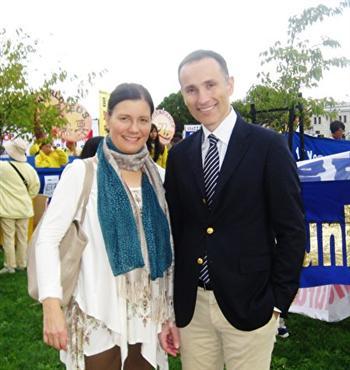 瑞典國王創業獎獲得者瓦西柳斯‧祖樸尼第斯與夫人共同修煉法輪大法。(取自明慧網)