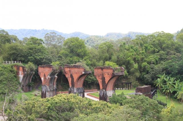 旅途中欣賞龍騰斷橋的景觀美。