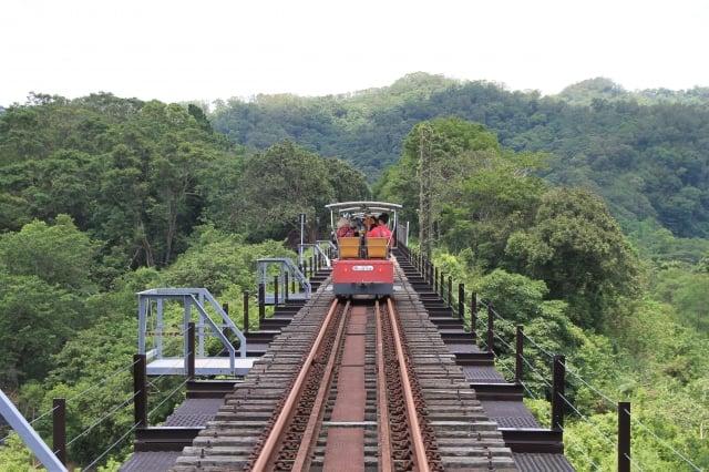 旅途中經鐵道橋,另有開闊的視覺美。
