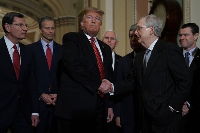 美國總統川普(前左)1月9日在國會山莊與共和黨議員會面。(Getty Images)