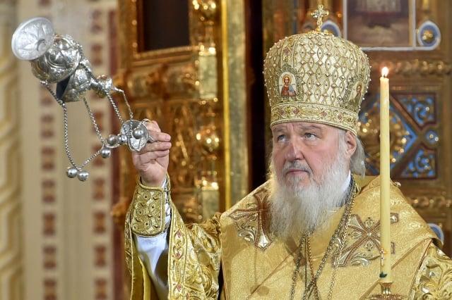 俄羅斯正教會主教長基里爾(Patriarch Kirill)警告說,人們過度依賴網路和手機等現代科技,可能招致末日的降臨。圖為2015年1月7日,基里爾主持一項宗教儀式。(KIRILL KUDRYAVTSEV/AFP/Getty Images)