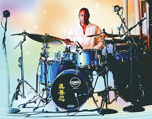 美國著名鼓手斯特林·坎貝爾。他與多位著名歌星及知名樂隊都有過合作。(取自明慧網)