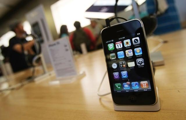 美國頻道CNBC近期羅列了戒掉手機的撇步,包括不要在床上用手機。(Mario Tama/Getty Images)