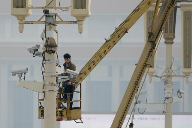 設在北京天安門廣場附近的攝影鏡頭。圖片攝於2013年10月31日。(Getty Images)