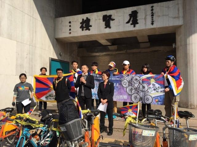 今年是西藏抗暴60周年,西藏台灣人權連線發起「為西藏自由而騎」活動,號召民眾於3月10日走上街頭遊行,聲援西藏。(中央社)