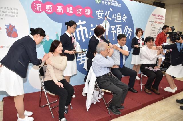 坐者右起:林聖皓、林慶雄及蔡正道等三位醫師和病友(坐者左一)共同接種肺炎鏈球菌疫苗。(彰化基督教醫院提供)