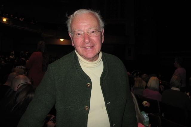 1月25日晚,大英帝國員佐勳章得主、英國國家信託區域主席Tom Burr先生和友人一同觀賞了神韻國際藝術團今年在英國愛丁堡劇院的最後一場演出。(記者麥蕾/攝影)