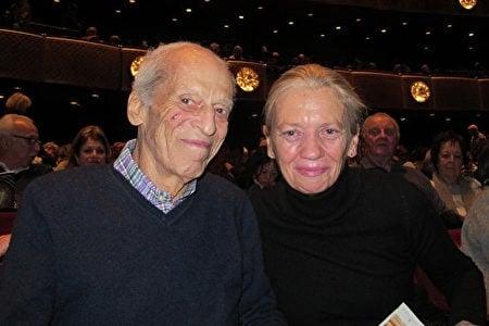 Walter Katzenberg先生和Mary Curley女士觀看了1月16日下午神韻在紐約的演出。(記者麥蕾/攝影)