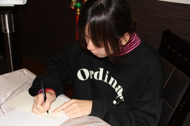 目前就讀國立大學二年級的琪琪更於活動中寫下新年賀卡,期望能將祝福送到資助人手中。