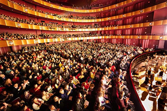 神韻紐約藝術團在紐約林肯中心大衛寇克劇院的演出,連續14場爆滿加座。(戴兵)