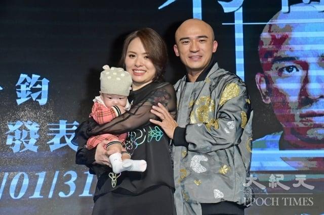 倪子鈞(小馬)發表新曲《窮得只剩下錢》,左為太太許書綺(小米)。(記者黃宗茂/攝影)
