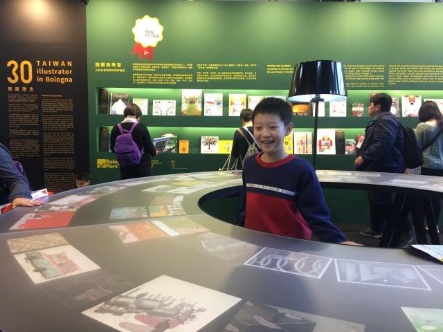 「台灣波隆那30」主題館,吸引喜歡插畫大人、小朋友參觀。(廖蔚尹/攝影)