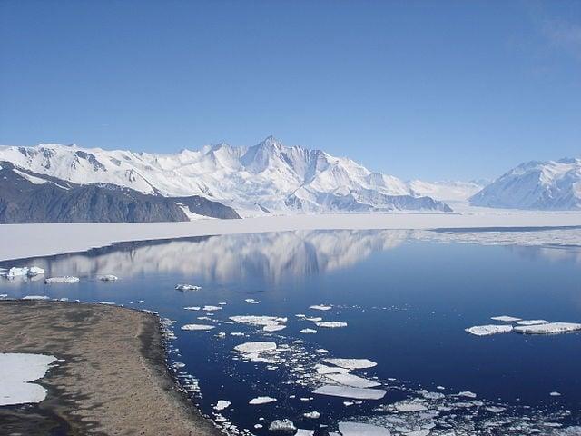 圖為赫歇爾山(Mount Herschel),海拔3335米高,是南極洲的山峰,位於維多利亞地的博克格雷溫克海岸。 (維基百科)