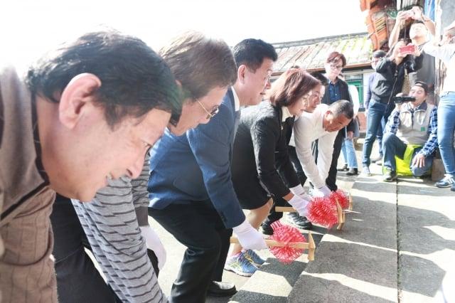 宜蘭縣長林姿妙及縣議員黃浴沂、陳俊宇與林家子孫一同於正門口舉行金槌動土儀式。