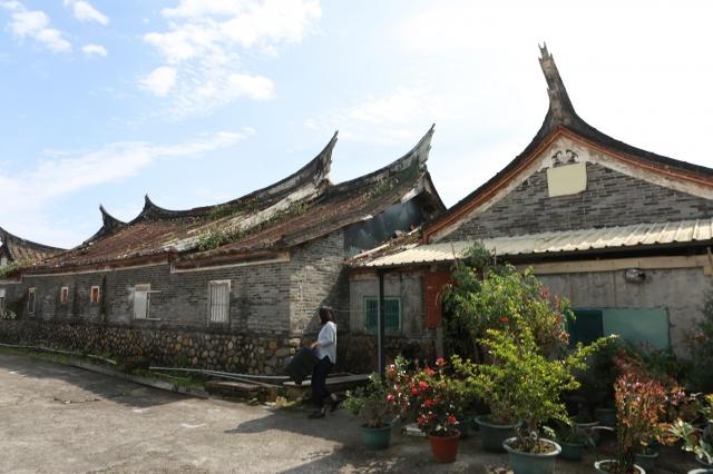 員山鄉大三鬮林宅古厝為燕尾式屋頂,牆身上段為灰磚,下段為石塊。