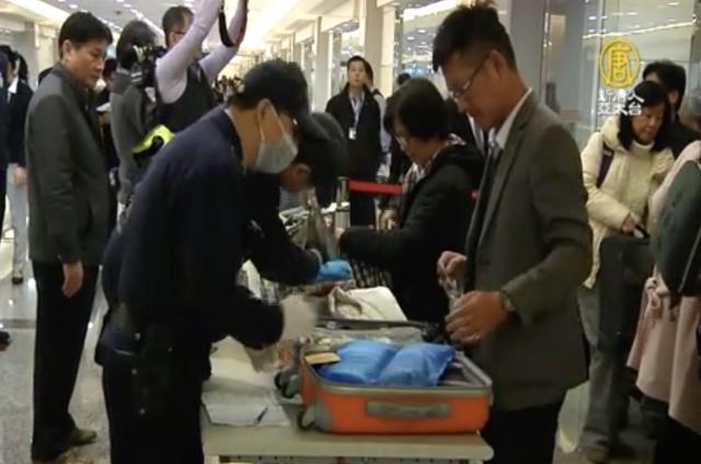 農委會2月15日首次自越南旅客違規攜帶豬肉三明治檢出非洲豬瘟病毒基因陽性, 宣布從2月15日18時起,越南列為高風險區。圖為入境處檢查行李。(新唐人)