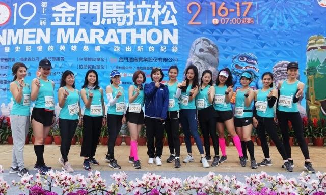 最顏值路跑團團長姜蕊(中)帶領13名團員為16日的休閒組領跑。(記者簡源良/攝影)