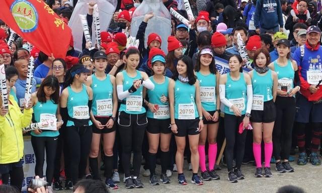 來自福建的「最顏值路跑團」各個都是年輕美麗的女孩,在隊伍裡顯得額外吸睛。