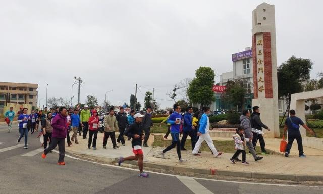 選手跑完5公里路程,返回金門大學。