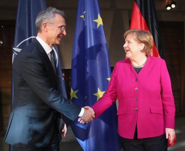 週六(2月16日),在德國舉行的年度「慕尼黑安全會議」上,德國總理梅克爾(右)要求中共加入國際軍控條約談判。左為北約祕書長史托騰柏格。(Alexandra Beier/Getty Images)
