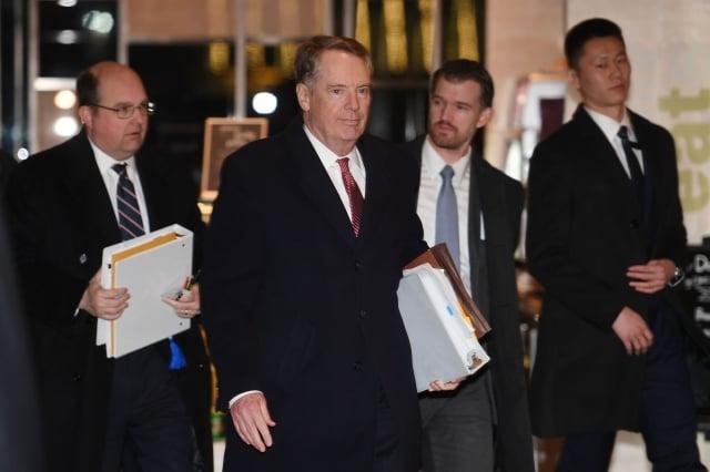 美國多位議員近日呼籲致函川普總統,美中貿易談判生成的協議要達到「可驗證和可執行」的目標。圖為美方談判代表。(Getty Images)
