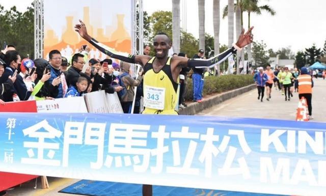 肯亞選手George Mbugua Ngure以2小時15分16秒的成績封王,更刷新大會最佳紀錄。(中華民國路跑協會提供)