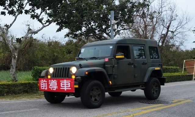 國軍支援輕型戰術輪車做為賽道前導車,來維護交通秩序與跑者安全。
