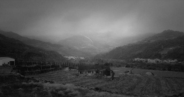 灣導演黃邦銓《去年火車經過的時候》使用超8釐米攝影機底片拍攝,延續上部作品《回程列車》的故事。(文化部提供)