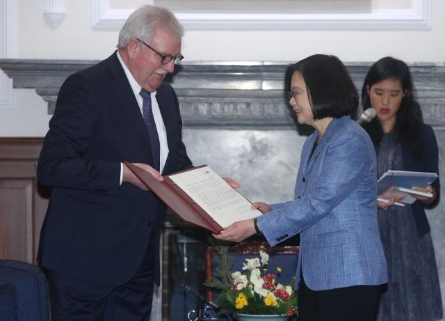 總統蔡英文(前右)20日在總統府,接見歐洲議會議員訪問團,友台小組主席藍根(Werner LANGEN)(左)代表轉交歐洲議會155位議員連署促進台海和平穩定的聲明,表示對台灣的支持。(中央社)