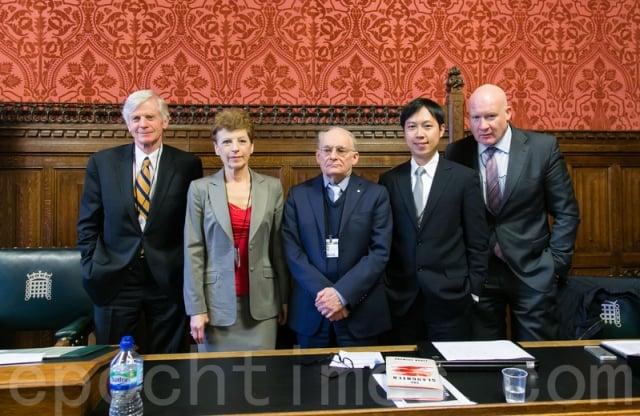 陳志瑜(右二)赴英國國會演講活摘器官與醫療倫理相關人權議題。