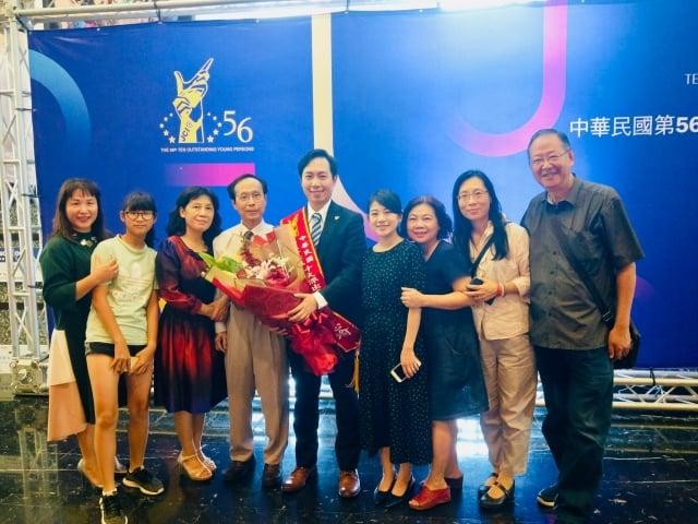 陳志瑜當選十大傑出青年與家人合照。