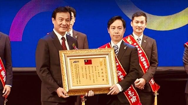 陳志瑜當選十大傑出青年,接受立法院長蘇嘉全頒獎。