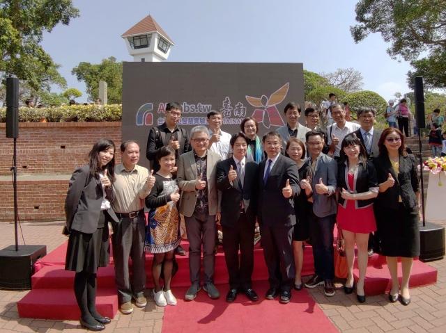 在前院長賴清德(前右6)見證下,台南市長黃偉哲(前右5)、AI Labs創辦人杜奕瑾(前左4)簽署智慧城市合作意向書後大合影。(記者賴友容/攝影)