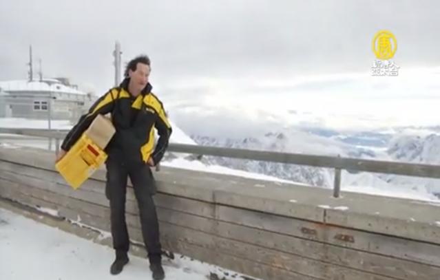 安德烈亞斯.奧伯鮑爾,53歲的他,每天搭乘山上的纜車及徒步幫旅客從高山上傳送信件。(新唐人電視台)
