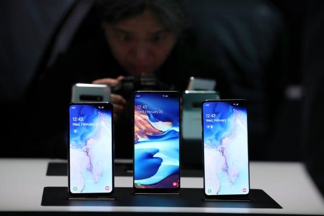 三星Galaxy S10系列實際上是四款獨立的手機:S10e、S10、S10+和S10 5G。圖為前三款手機在3月8日開始銷售。(Justin Sullivan/Getty Images)