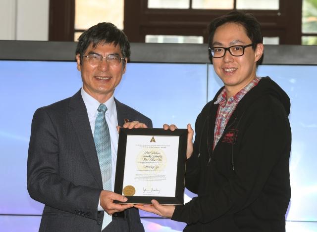 首位獲得奧斯卡科學技術成就獎的台灣人馬萬鈞(右)5日回到台大母校分享心路歷程,科技部長陳良基(左)出席與會。(中央社)
