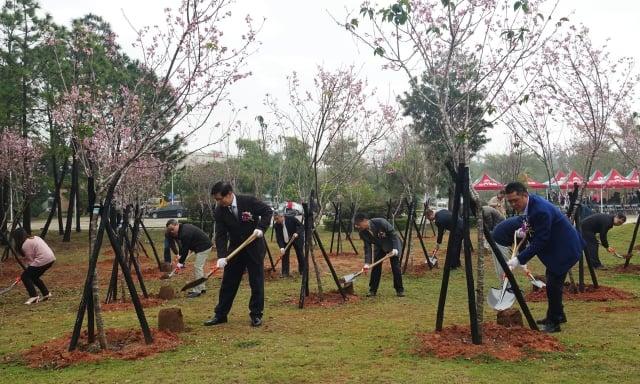 金門大學校長陳建民(前排左)、金門縣議會副議長周子傑(前排右)與貴賓一同完成植樹儀式。