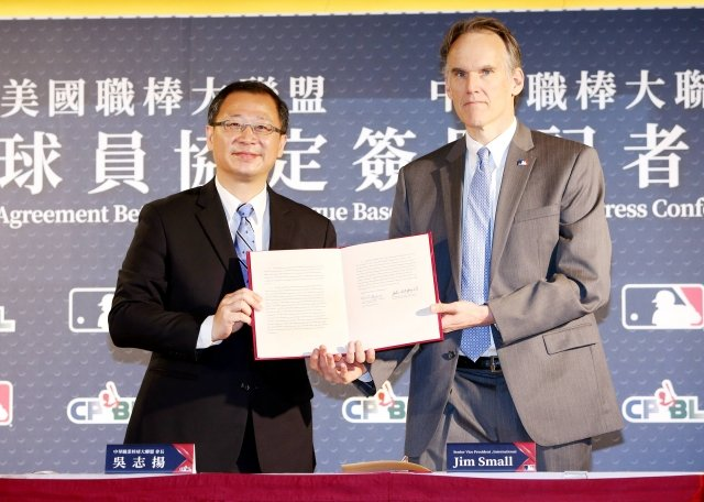 中華職棒大聯盟會長吳志揚(左)與美國職棒大聯盟國際事業部資深副總裁Jim Small(右)8日進行「球員協定簽署記者會」。(中職提供)