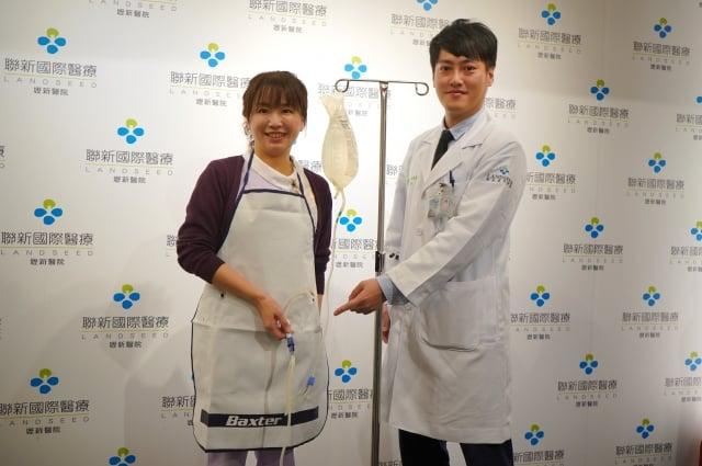 聯新國際醫院腎臟科醫師胡豪夫(右)表示,腹膜透析就是一種居家自我照顧模式。(記者徐乃義/攝影)